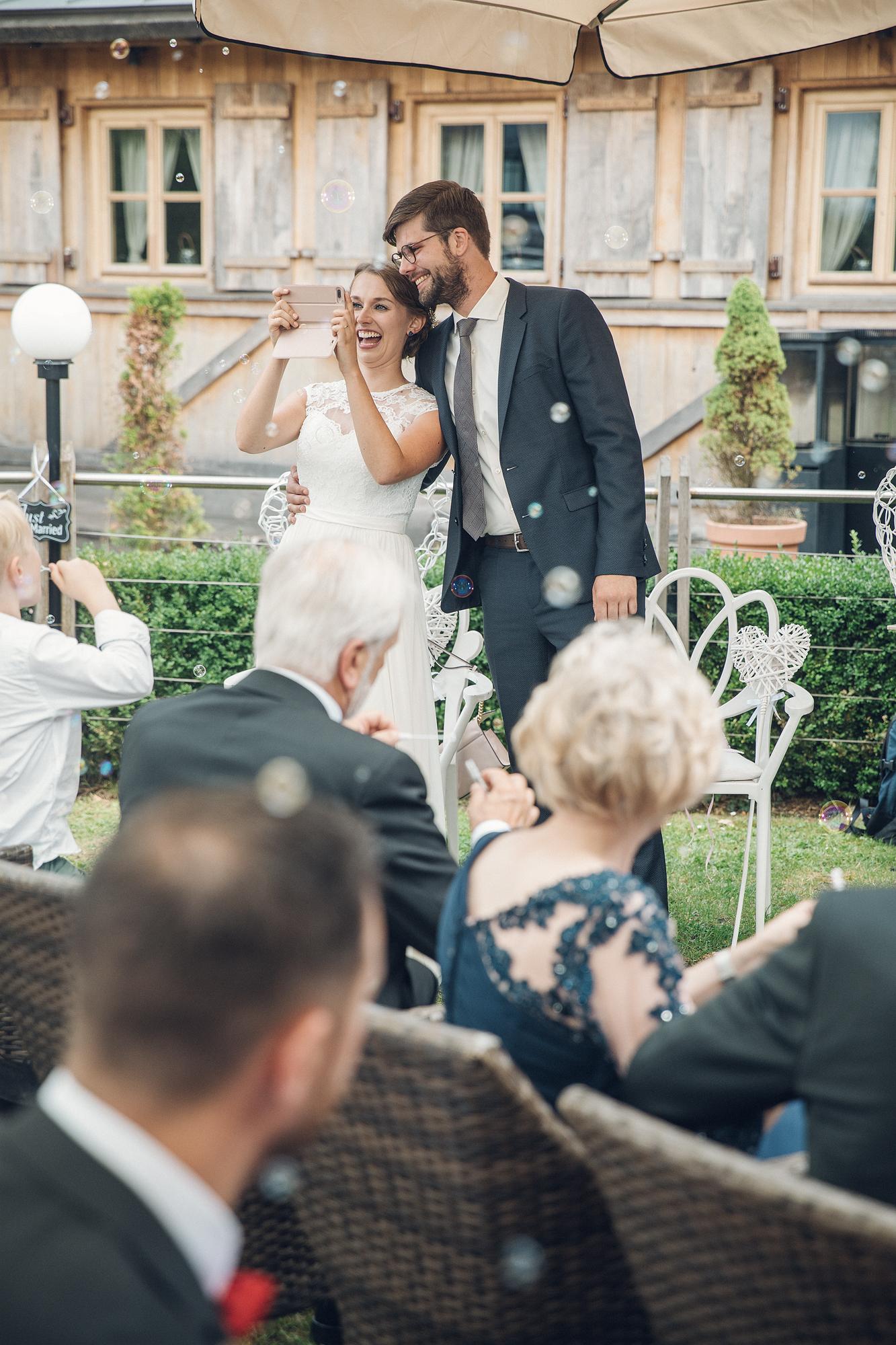 Die Braut macht ein Foto von den Gästen