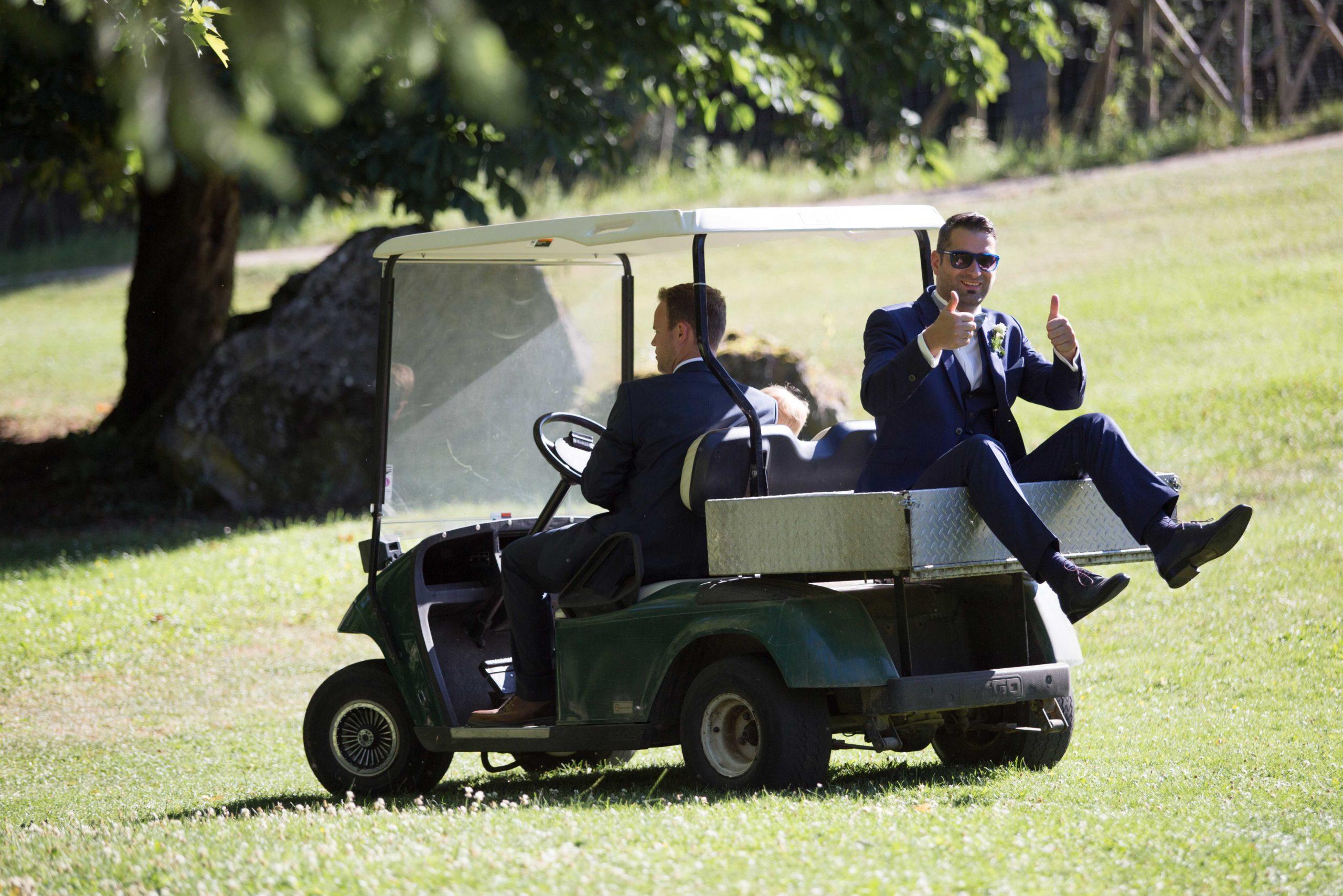 Bräutigam im Golfcart