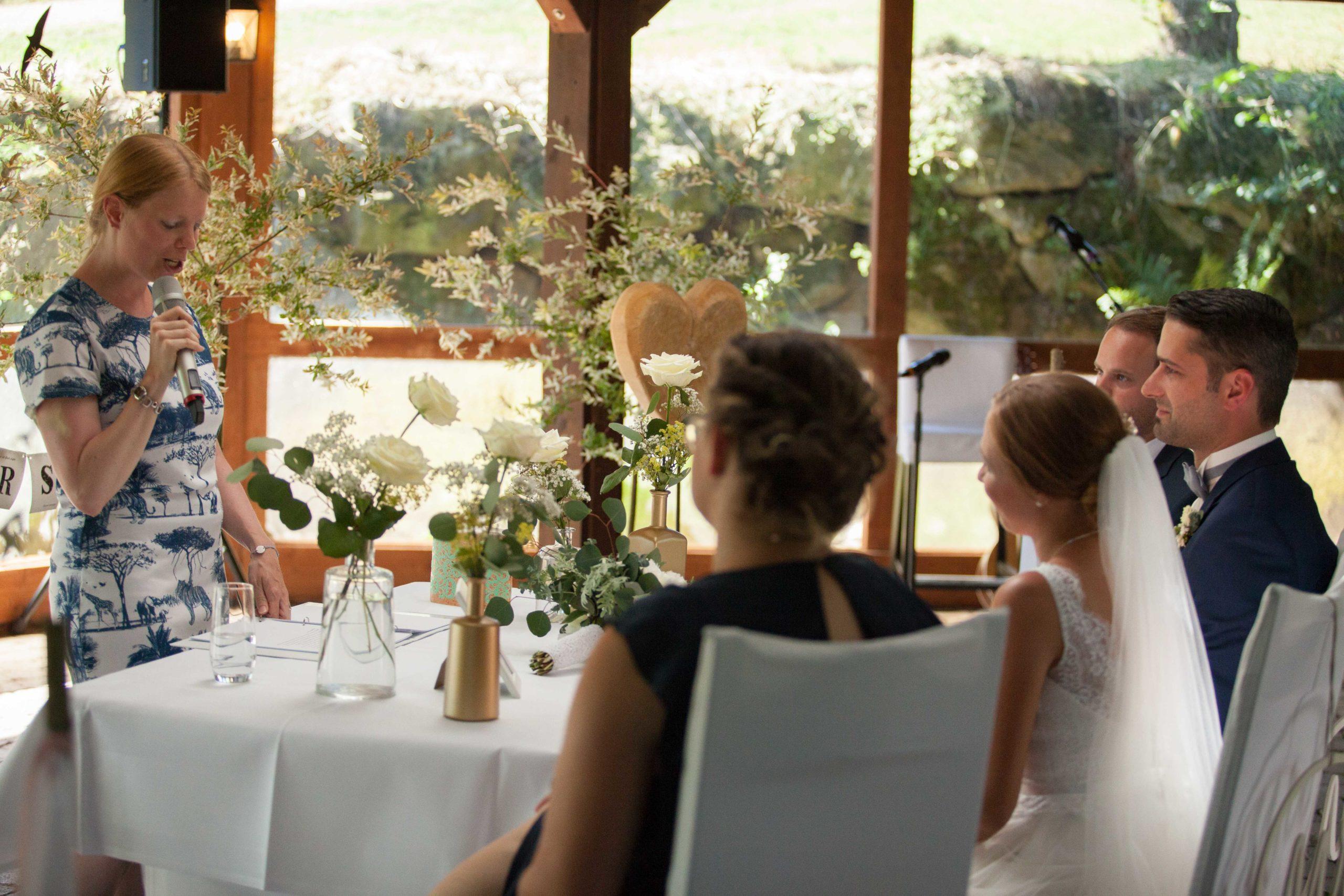 Brautpaar und Trauzeugen hören zu