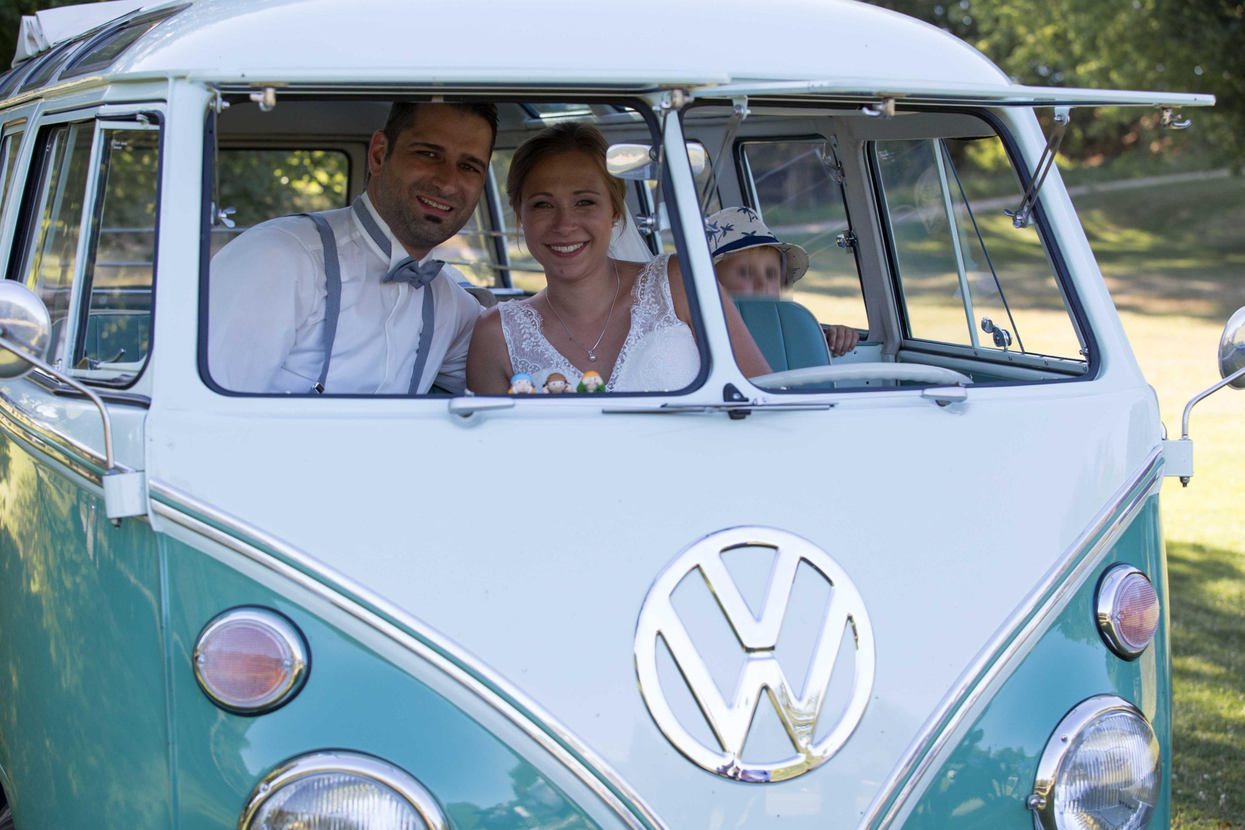 Brautpaar im VW Bulli