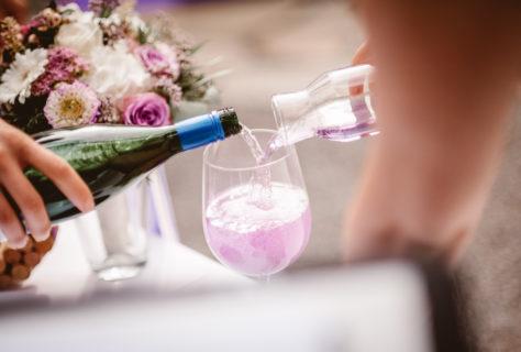 Zusammengehörigkeits-Ritual: Lila-Wein