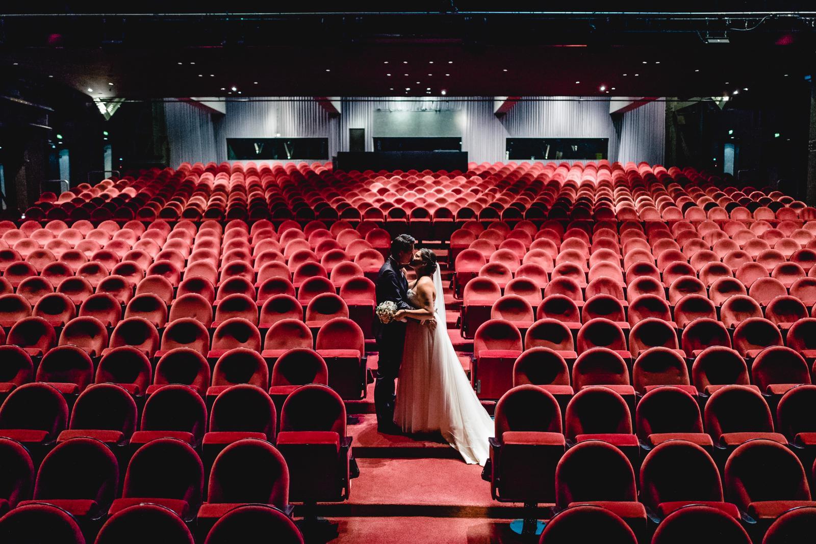 Allein im Theatersaal