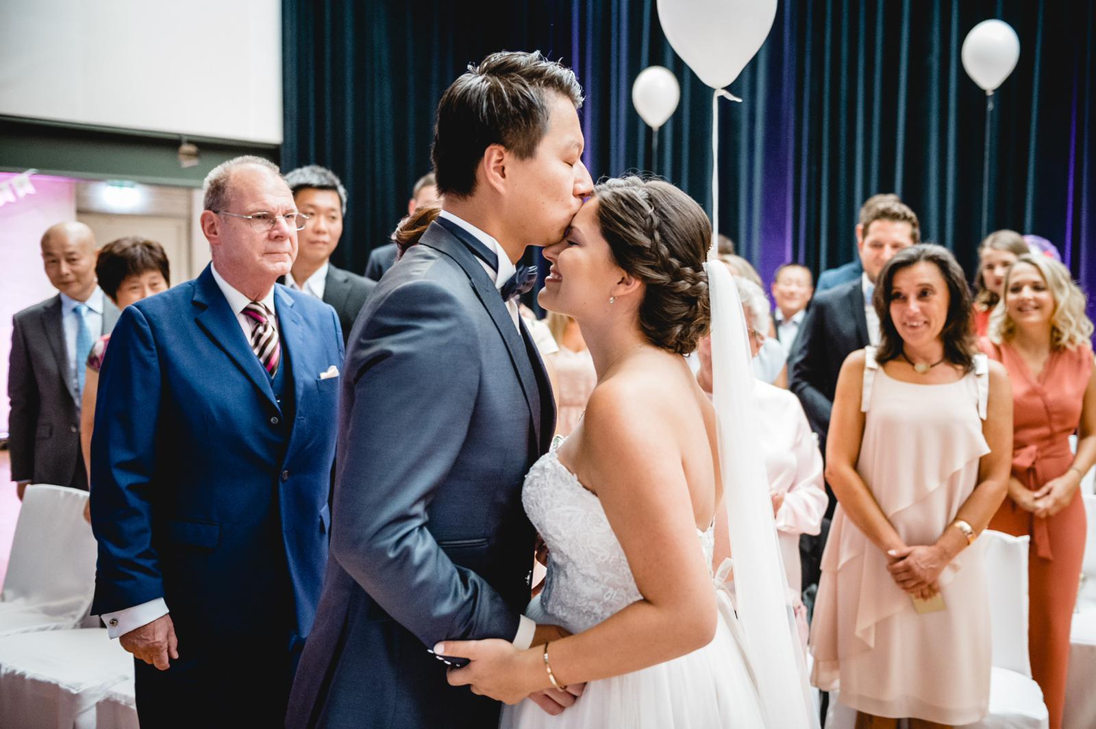 Braut wird mit Stirnkuss empfangen